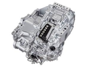 左がトヨタのハイブリッドの中核である動力分割機構。エンジンとモーターのトルクを車軸に伝える。右が新開発の排気量2.0Lガソリンエンジン。最高熱効率が41%と世界最高値に達する。(出所:トヨタ)