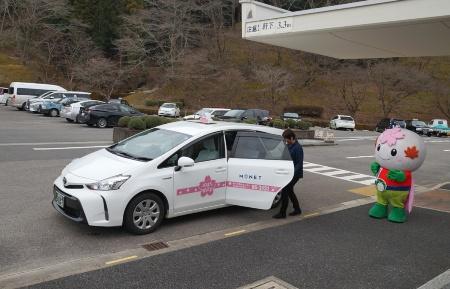 おばら桜バスは5人乗りのプリウスアルファ2台を使用する