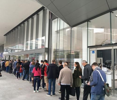Googleの基調講演のために並ぶ人の列。会場がある建物の入り口の様子。その前後にも、長い列ができていた。(撮影:日経 xTECH)