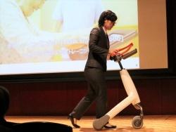 図1 パナソニックが名古屋大学と連携して開発した歩行練習ロボット「Walk training robo」の利用デモ(撮影:日経 xTECH)