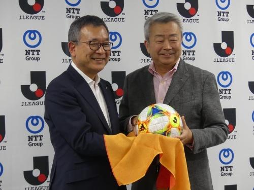 図1 Jリーグデジタルアセットハブ(通称、JリーグFUROSHIKI)の記者発表会に登壇した、日本プロサッカーリーグ(Jリーグ)チェアマンの村井満氏(左)とNTT 代表取締役社長の澤田純氏