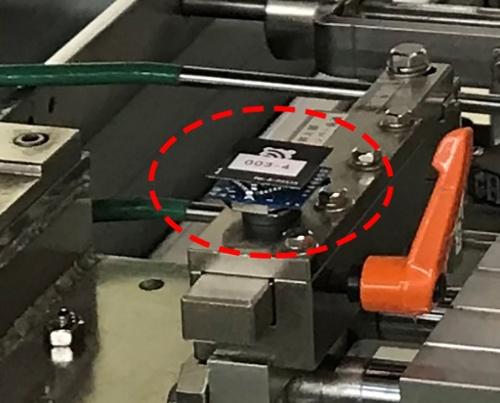 図2:加速度センサーの設置例。センサーの大きさは約3×3cmで、質量は約10g。