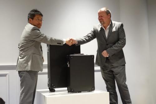 図3:東レ・カーボンマジック代表取締役社長の奥 明栄氏(左)とグローブ・トロッタービジネスディベロップメント ディレクターのジェームズ・フィッシャー氏