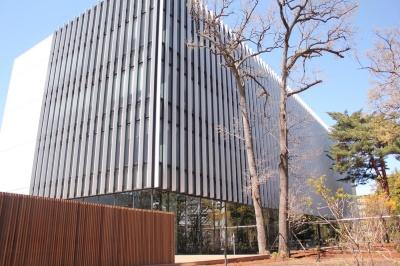 日立が開設した「協創の森」内の研究棟「協創棟」