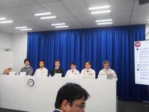 図1 2019年4月11日の記者説明会に登壇したはやぶさ2プロジェクトチームのメンバーとJAXA宇宙科学研究所研究総主幹の久保田孝氏