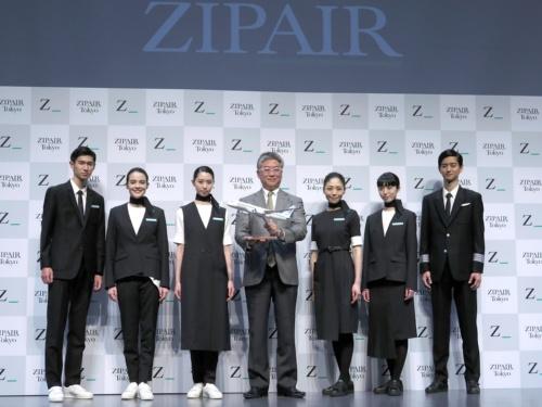 JALの中長距離LCC「ZIPAIR」の制服デザインを発表する西田真吾社長(中央)