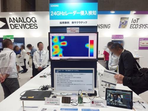アナログ・デバイセズ(アナデバ)のブースで、24GHzレーダーセンサーの応用事例を紹介するコーナー。日経 xTECHが撮影