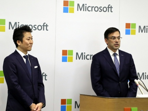 日本マイクロソフトの平野拓也社長(右)と、手島主税働き方改革担当役員