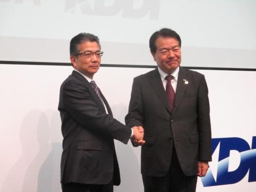 東芝の執行役専務と東芝デジタルソリューションズの社長を兼務する錦織弘信氏(左)とKDDIの森敬一執行役員常務