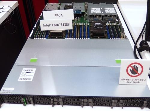 MPU「Xeon スケーラブル・プロセッサー」のダイとFPGA「Arria 10」のダイを1パッケージに収めた「Xeon Gold 6138P」を活用。日経 xTECHが撮影