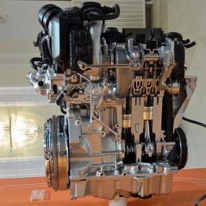 簡易ハイブリッド機構を搭載したVWの1.5Lガソリンエンジン(撮影:日経 xTECH)