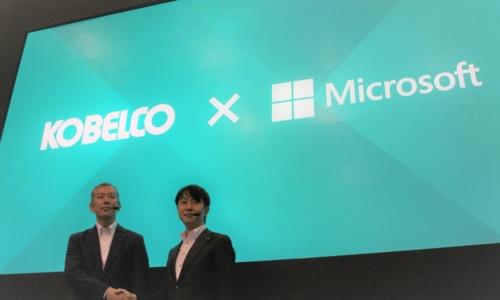 遠隔操作の建設機械の開発で協業を発表したコベルコ建機の山崎洋一郎部長(左)と日本マイクロソフトの鈴木貴雄本部長