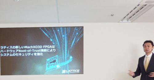 Ying J. Chen氏(右端)。日経 xTECHが撮影。スクリーンはLatticeのスライド