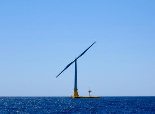 """実証試験を開始した""""バージ型""""洋上風力発電システム"""