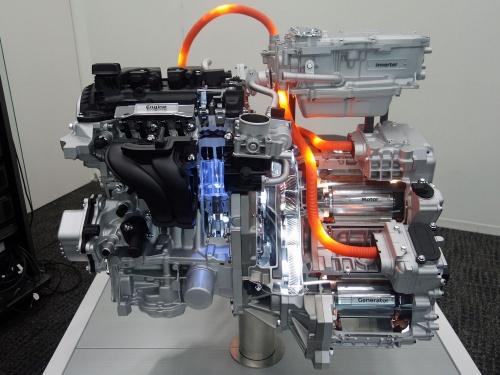 現行のシリーズハイブリッド機構e-POWERの外観。小型車ノートに搭載する。左がエンジン、右がモーターとインバーターである(撮影:日経 xTECH)