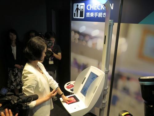 OneIDでは、最初に自動チェックイン機や有人カウンターで出発客の顔とパスポート、予約記録のデータをひも付ける