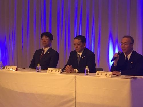 寺師氏(中央)とトヨタ自動車パワートレーンカンパニー電池事業領域領域長の海田啓司氏(右)、トヨタZEVファクトリー部長の豊島浩二氏(左)