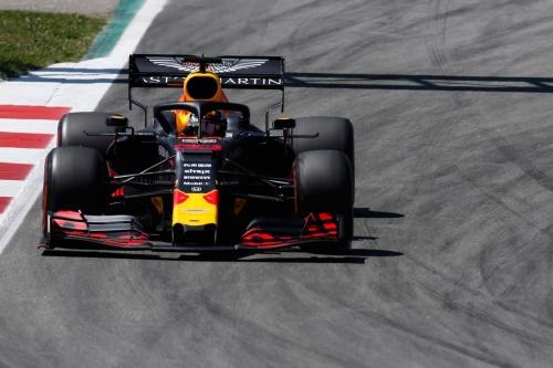 2019年のF1第5戦スペインGP決勝。ホンダがエンジンを供給するAston Martin Red Bull Racingは3位で、表彰台に立った。エンジンにはプレチャンバー技術を採用しているとみられる。(出所:ホンダ)