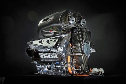 ダイムラーが2016年に公開したF1用ガソリンエンジンの外観。プレチャンバー技術を採用しているとされる。(出所:ダイムラー)
