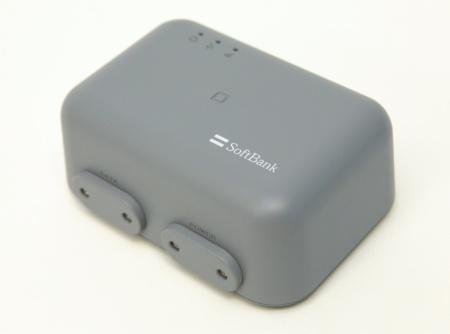 ソフトバンクが提供予定のGNSS受信機。GNSSのアンテナを内蔵しており、LTE通信モジュールを搭載する