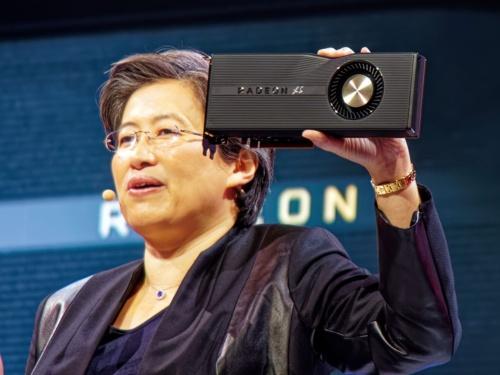 50周年記念モデルの「RadeAMD Radeon RX 5700 XT 50th Anniversary」を掲げるSu氏。筆者撮影