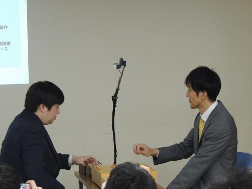 棋譜をAIに認識させるため、将棋の盤面をカメラで上から撮影する