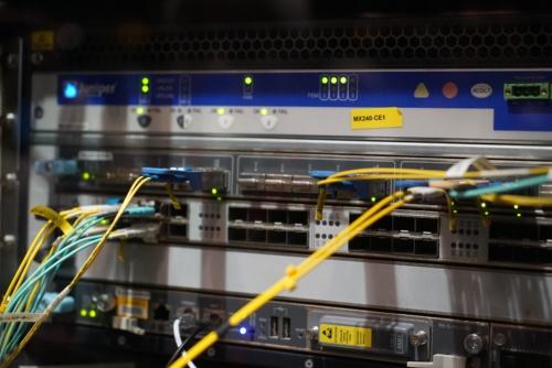中央に見える2つの大型コネクターが400Gビットイーサネット対応コネクター。発熱が激しいためヒートシンクを備えている