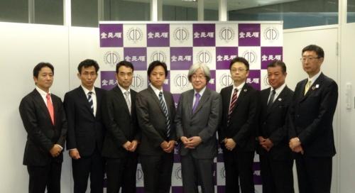 共同研究のメンバー。右から4番目が順天堂大学 教授の服部信孝氏(撮影:日経 xTECH)