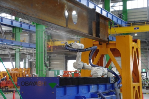 H形の鉄骨梁でも、下フランジ、ウェブ、上フランジのすべての部位を吹き付けられる(写真:日経アーキテクチュア)