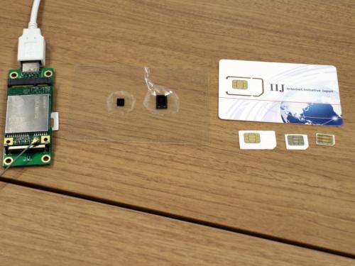 左から、SoftSIMを内蔵した通信モジュール、チップ状のSIM、通常のSIMカード