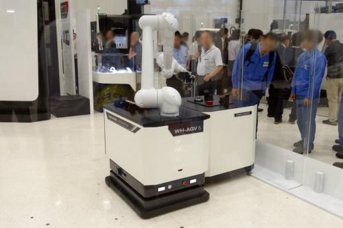 図2 自律走行型のAGVと協働ロボットを組み合わせた「WH-AGV5」