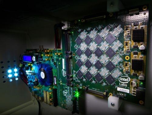 開発した脳型演算システム「Pohoiki Beach」 (右が「Nahukuボード」。左は、IntelのFPGA「Arria 10」)。