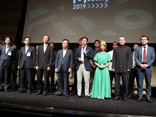 WILLERが主催した「MaaS Meeting 2019」の登壇者。前列右から4人目が村瀬茂高代表取締役、5人目が観光庁の田端浩長官