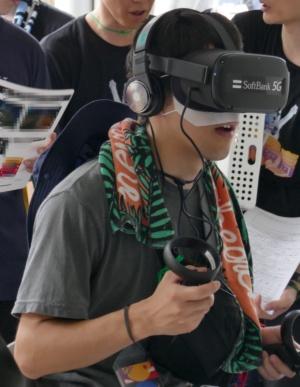 フジロック会場のソフトバンクブースでは、VRヘッドセットを使ってライブ映像を視聴できた