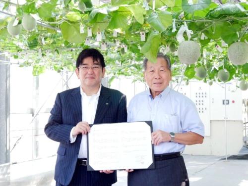 埼玉県越谷市の高橋努市長(右)と富士通の藤原隆ソフトウェア事業本部本部長。メロン水耕栽培の共同研究に取り組む