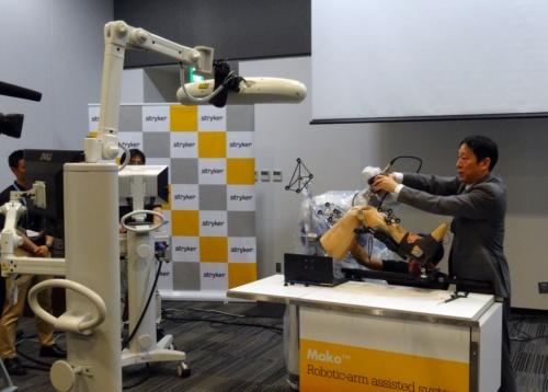 人工関節治療のデモンストレーションをする神戸海星病院 整形外科 リウマチ・人工関節センター副院長の柴沼均氏(写真:日経 xTECH)