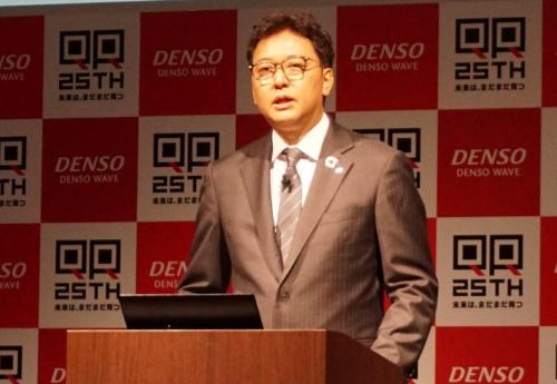 デンソーウェーブ「QRコード25周年 記念PRイベント」に登壇した同社の杉戸克彦会長兼CEO(最高経営責任者)