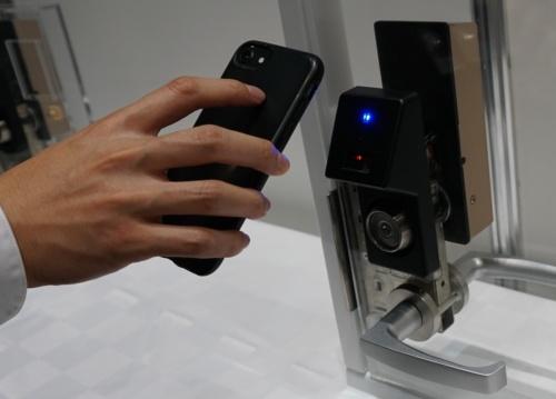 当日はスマートフォンにQRコードを送りドアの鍵として利用する技術のデモも展示した