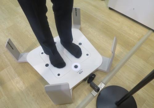 3D足型計測機で足の形を計測する