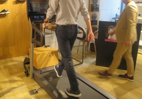 センサー付きのシューズを履いて、ランニングマシン上で30秒間歩いて歩き方の特徴を捉える