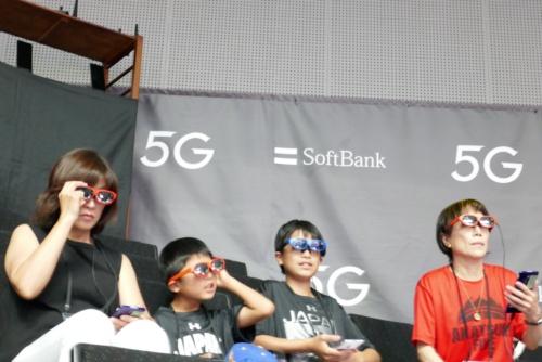5GプレサービスでARを体験するユーザー