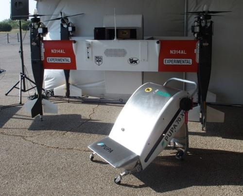 奥側がAPT70の試作機で、手前側がPUPAの試作機(新しい輸送容器)。ATP70にはPUPAとは別のベルの輸送容器が付いている(撮影:日経 xTECH)