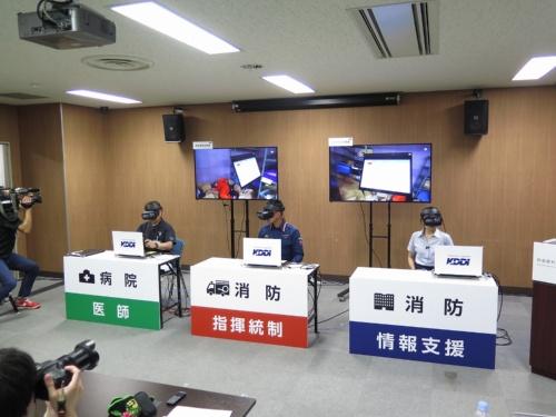 病院・消防署の後方支援者たち。VRゴーグルを装着し、災害現場の映像を見ながら声でコミュニケーションを取る