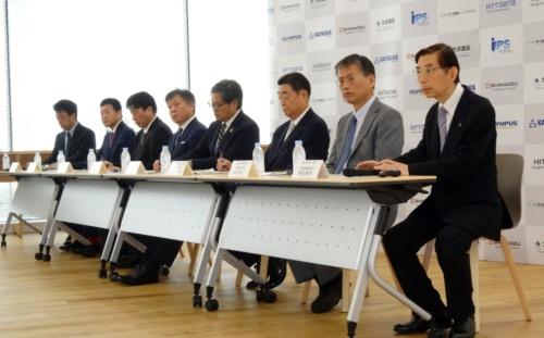 iPSポータルなど8社が集結。右端がiPSポータルの村山昇作社長(写真:日経xTECH)