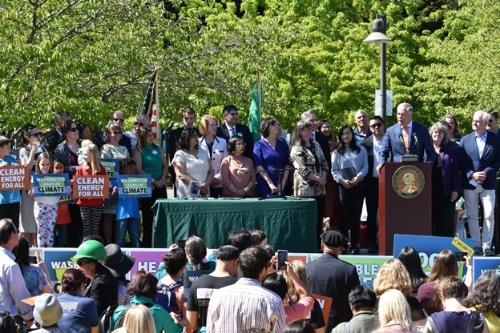 図3●ジェイ・インスリーワシントン州知事が「クリーンエネルギー100%」を法制化