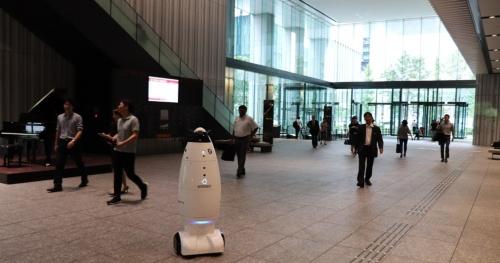 大手町パークビルディング(東京・千代田)の1階オフィスロビーで巡回する警備ロボット「SQ-2」