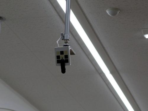 入り口付近にあるAIカメラ。来店客の年代・性別の判別に使う