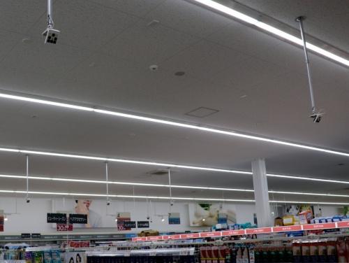 ドラッグストア「サツドラ月寒西1条店」の店内。天井を見ると四角いAIカメラが設置されている