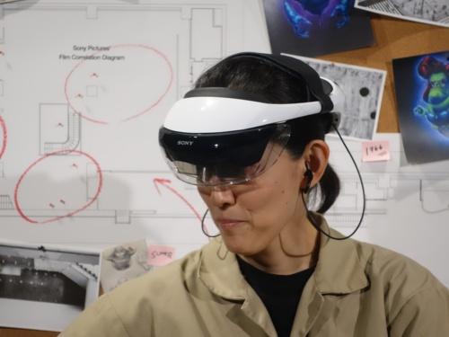 ソニーが実証実験に使用した新型AR用HMDを装着した様子