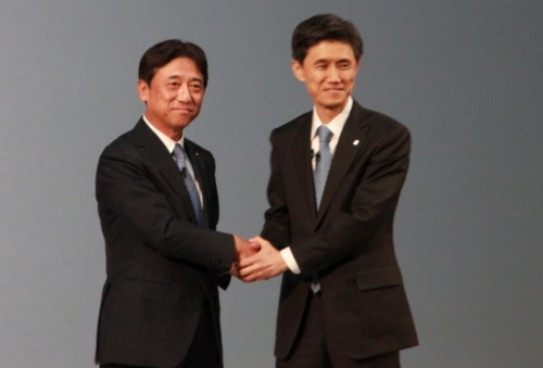 AIほけんを発表したNTTドコモの吉沢和弘社長(左)と東京海上日動の広瀬伸一社長